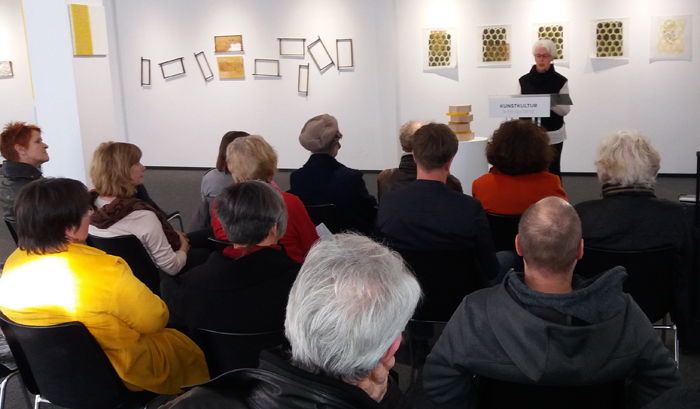 Ingrid Ott mit eigenen Gedichten zu den Bienen